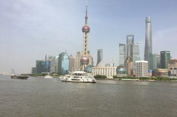 """Shanghai skyline sett fra """"the Bund"""", ett populært område for handling og natteliv i sentrum."""