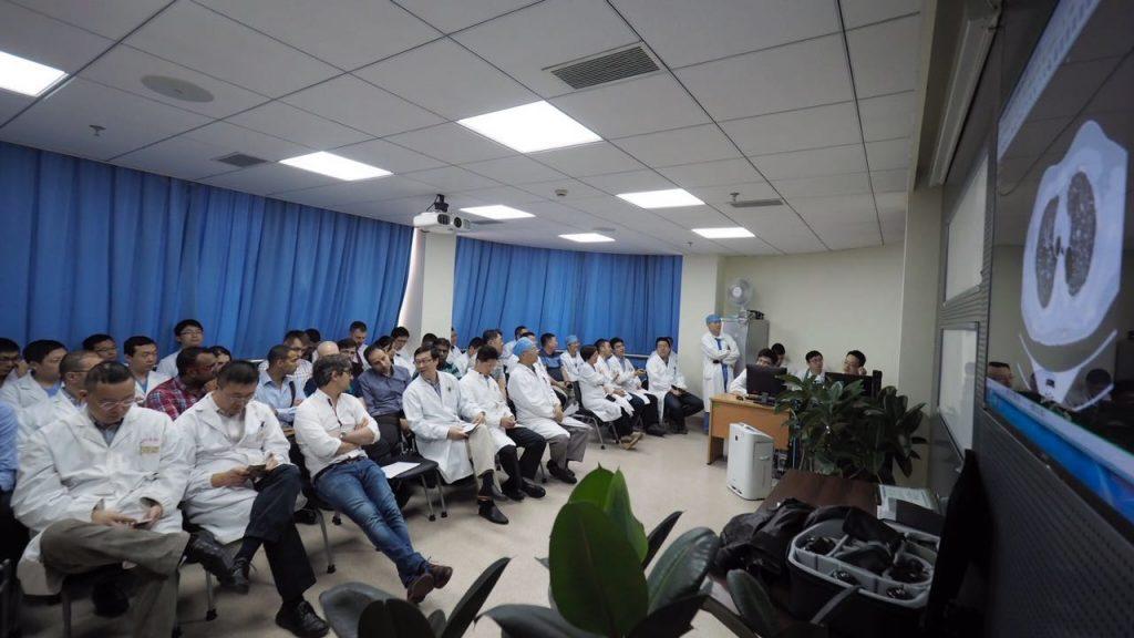 Morgenmøte, Shanghai Pulmonary Hospital. På tre kvarter går man i gjennom morgendagens pasienter, ofte 60-70 inngrep pr dag.