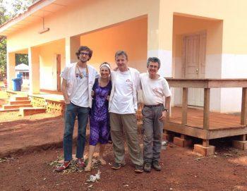 Fra venstre til høyre; anestesilege Clement Decock, en fransk anestesisykepleier, meg, og en fransk kirurg til høyre. Anestesisykepleieren og kirurgen var der i noen dager for å hjelpe oss. Foto: René Wakker