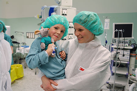 Halvor og mamma er klar for innledning av narkose på operasjonsstua. Foto: Anja Hetland Smeland.