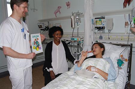 Is og diplom på oppvåkningen er noe å glede seg til etter operasjonen også for ungdom. Foto: Camilla Westbye.