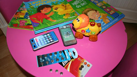 Litiumbatteriene er små og finnes i svært mange leker i dag. (Foto: NRK)