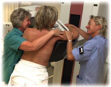 Bilde 1. Mammografi behøver ikke være en skrekkfylt opplevelse. Fra mammografiundersøkelse i Vestfold. (foto: Anita Treidene-Studer)