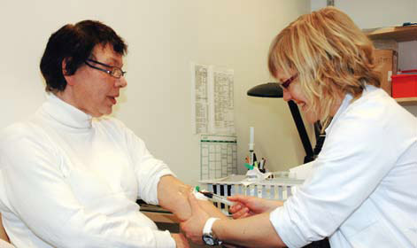 2 Stipendiat Gunn Signe Jakobsen tar prøver til studien av farmakokinetiske endringer etter fedmeoperasjon. Wenche Johannesen har gått ned fra 156 til 69 kilo. Før operasjoenen brukte hun insulin, CPAP-maske og fire forskjellige inhalasjonsmedisiner på grunn av søvnapnø og astma og to medikamenter mot hypertensjon. Nå er alt seponert.