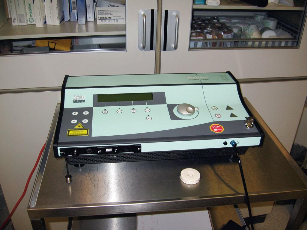 Laserkonsoll. Diodelaser 810nm. Effekten har blitt økt fra 12W til 20W.
