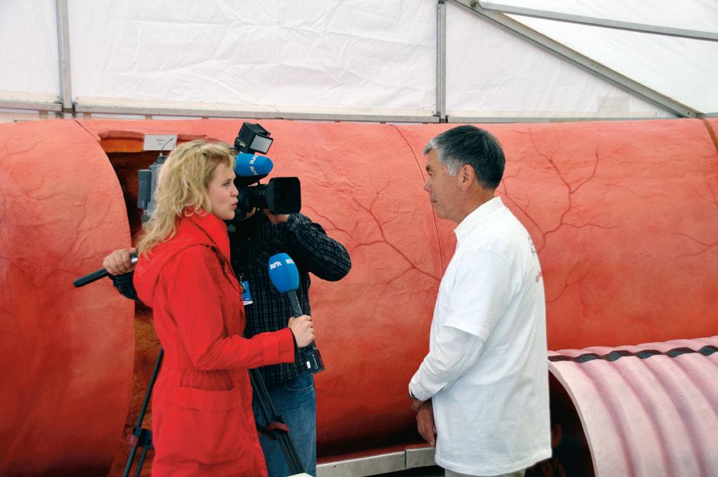 NRK TV intervjuer Jørgen J. Jørgensen. Karmodellen i bakgrunnen.