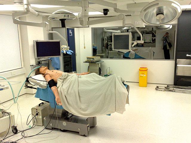 Bilde 4: Full utstyrt simulatorlaboratorium der man kan trene hele team. På bildet ligger det en dukke klar for trening.