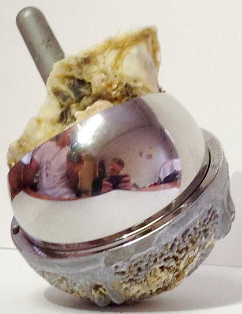 Bilde 1: Moderne MoM-resurfacingprotese. Revisjonspreparat.