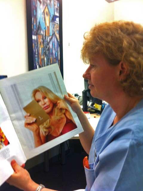 Klinikkleder Janett Pedersen ved Colosseumklinikken studerer D2 sitt oppslag om Skjønnhetens øyeblikk høsten 2011. Foto: Helge E. Roald