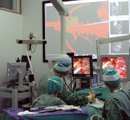 Figur 3. Hovedhensikten i IIIOS-prosjektet er integrering av ulike teknologier og avbildningsmodaliteter i operasjonsstua for en mer optimal veiledning av kirurgiske prosedyrer. Bildet er tatt i forbindelse med fjerning av en binyre med 3D CT-basert navigasjon av instrumenter i Fremtidens operasjonsrom ved St. Olavs Hospital/NTNU.