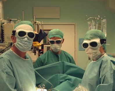 Bilde 3. Laserreseksjoner foregår som vanlig åpen lungekirurgi med pasienten i standard leie i generell narkose og med personellkrav som ved konvensjonell kirurgi. Spesielle briller er påkrevet og kan gi et noe fremmedartet utseende på medlemmene av operasjonsteamet.