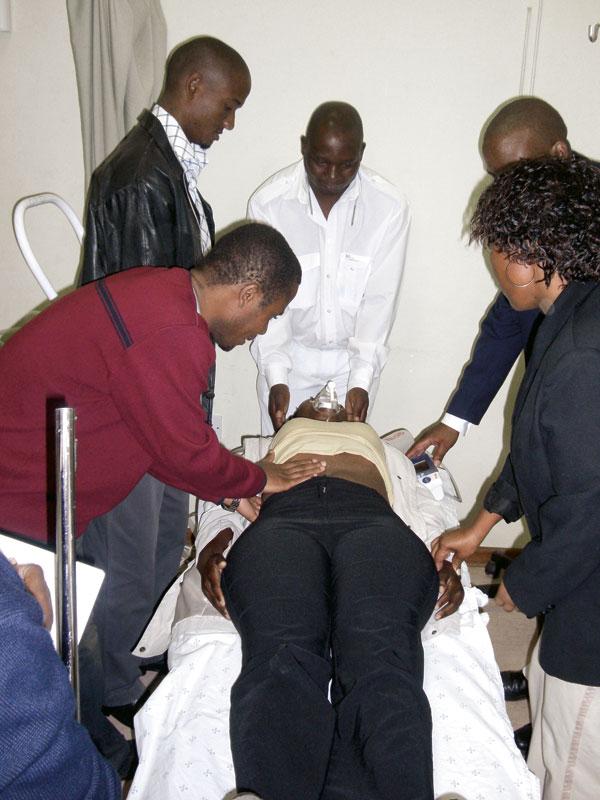 Figur 3. Simuleringer i Botswana ble gjort med levende modeller da ingen sykehus hadde treningsdukker.