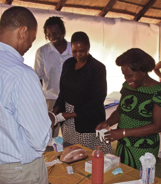 """Figur 4. Modellen kan tilpasses behovet lokalt. I Botswana medførte dette at men tok inn en sesjon med øvelse på praktiske prosedyrer (""""skill stations"""")."""