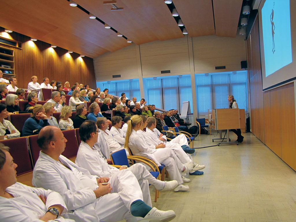 Traumeseminar i Kristiansand 5. januar 2010 hvor traume- koordinator Yvonne Viksmoen foreleser for et fullsatt auditorium.