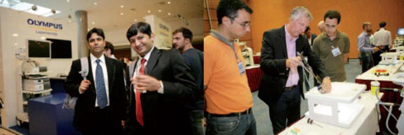 """Til venstre: Firmarepresentant demonstrerte utstyr til laparoskopi og endourologi. Til høyre: Instruktør demonstrerer øvelse under """"Hands On Training"""""""