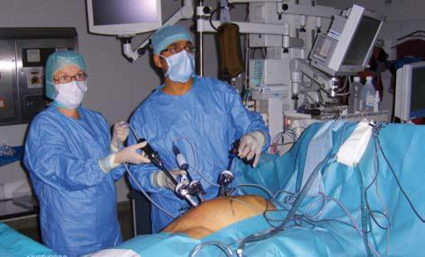 Bilde 3a. Urologiske kirurger i ferd med å utføre laparoskopisk radikal nefrektomi på pasientens venstre side
