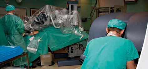 Bilde 2: Pasienten ligger i ekstremt trendelenburg leie. Assistenten står på pasientens høyre side og følger med på en vanlig laparoskopimonitor. Assistenten bruker to