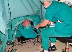 Bilde 4: Anestesisykepleier har hodet til pasienten helt nede ved golvet.